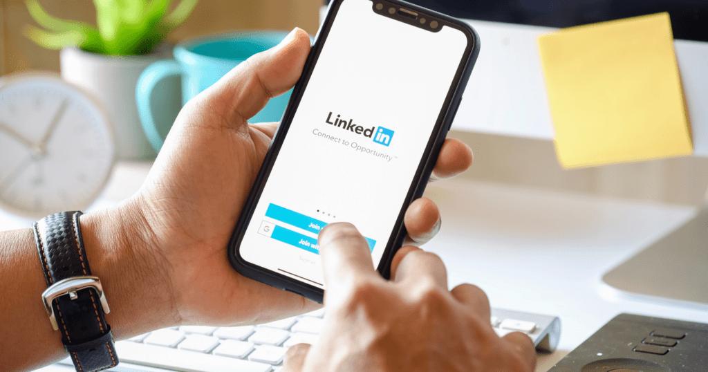 LinkedIn usó 18 millones de direcciones email para atraer más usuarios mediante publicidad en Facebook - linkedin-app
