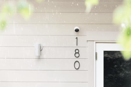 Circle 2, cámara de seguridad sin cables diseñada para vigilar dentro y fuera de la casa - camara-de-seguridad-circle-2-logitech_wall-with-rain