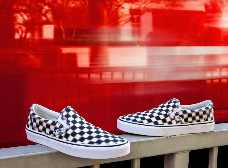 Vans presenta Blur Check Pack, una nueva versión del clásico checkerboard con un diseño distorsionado - classicslip-on_blurcheck_black-classicwhite-800x590