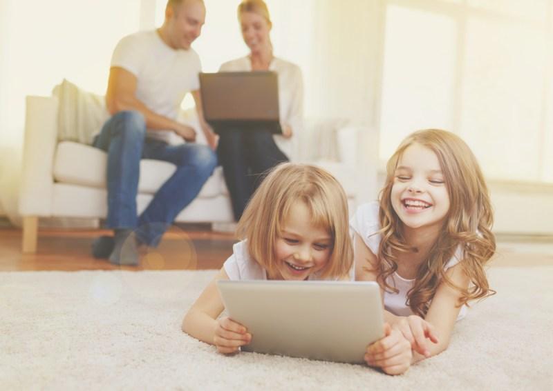Recomendaciones para que tu familia tenga hábitos tecnológicos saludables - familias-tecnologicas-800x567