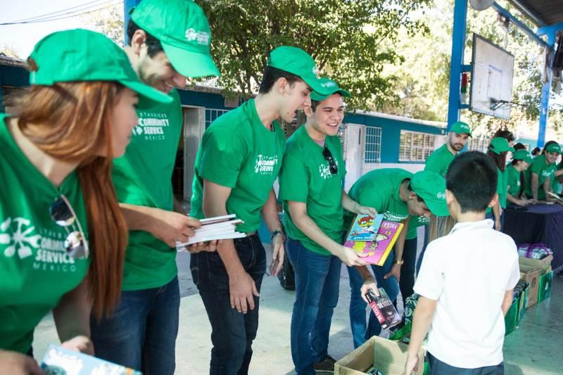 Más de 17 mil voluntarios se han unido a Starbucks para colaborar con diferentes comunidades - donacion-de-libros_mes-mundial-de-servicio-comunitario-voluntariado-starbucks-800x533