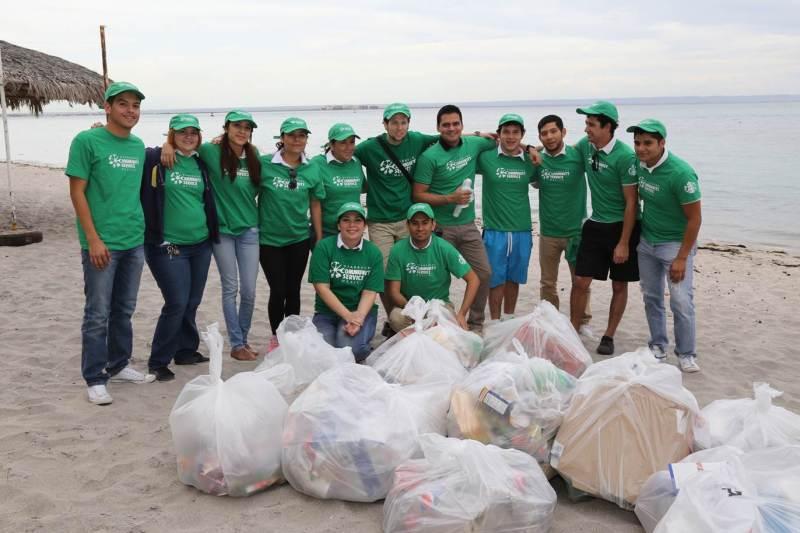 Más de 17 mil voluntarios se han unido a Starbucks para colaborar con diferentes comunidades - limpieza-de-playa_-mes-mundial-de-servicio-comunitario-voluntariado-starbucks-800x533