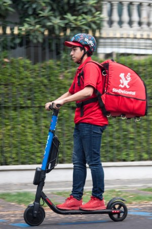 SinDelantal y el servicio de scooters eléctricos Movo se unen en beneficio de la sustentabilidad