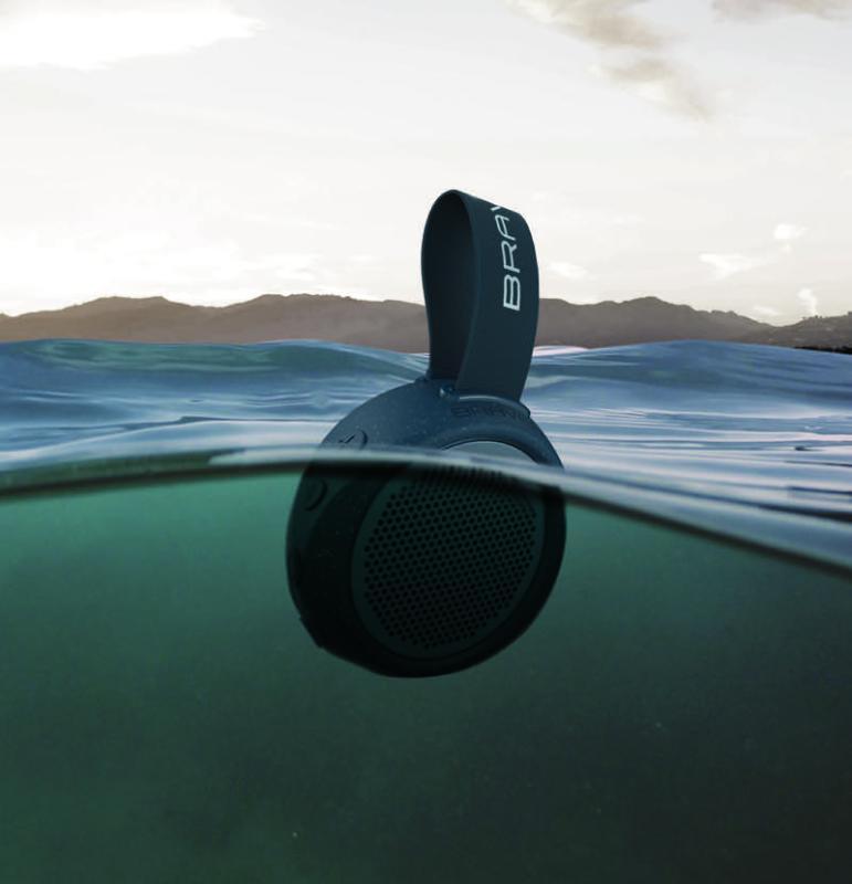 Nueva bocina BRAVEN 105 portátil de alta resistencia para exteriores - bocinas-braven_speaker-in-water-blue-771x800