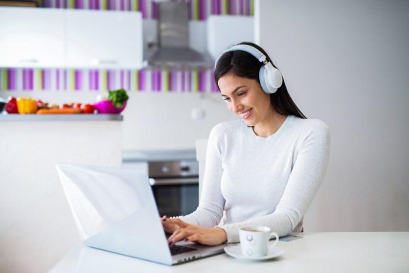 5 playlists ideales para trabajar desde tu casa - playlists-para-trabajar-desde-tu-casa-800x534