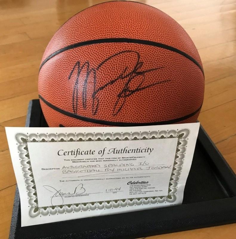 The Last Dance no se acaba: productos de Michael Jordan aumentan su búsqueda más de 1,600% - the-last-dance-michael-jordan_basketball-balon-spalding-autografiado-791x800
