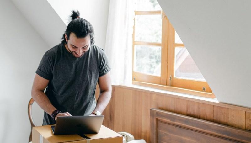 Cómo emprender tu negocio en internet aprovechando la adopción digital - emprender-negocio-online-800x456