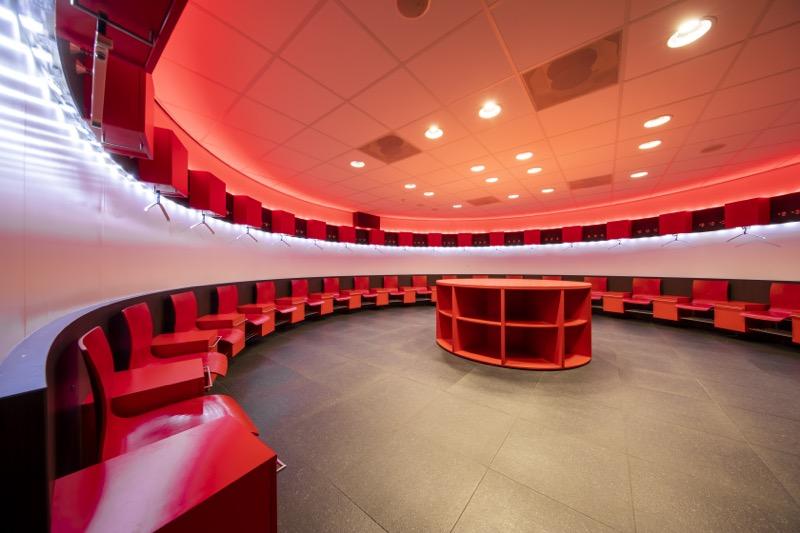 El club de fútbol holandés PSV busca combatir el COVID-19 instalando iluminación UV-C de Signify - estadio-philips-vestidores-de-visistantes