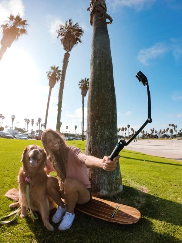 ¡Inspírate con estas ideas para tomarte una gran foto en San Valentín! - regalo-amor-y-amistad-longboarding-dog-production-shoot-g0015440-master-600x800