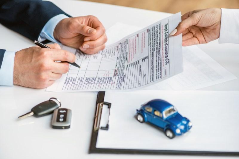 ¿Cómo funciona el deducible de un seguro de auto y qué debes saber al respecto? - deducible-seguro-de-auto-800x534