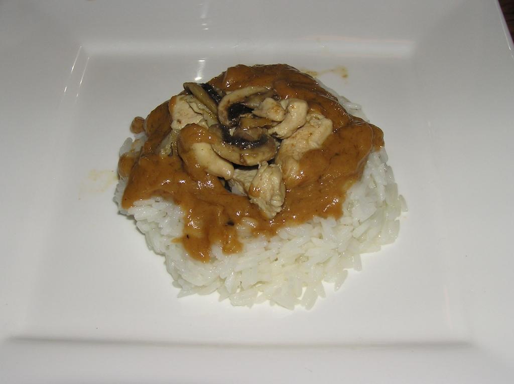 Kip met pinda-kokos saus