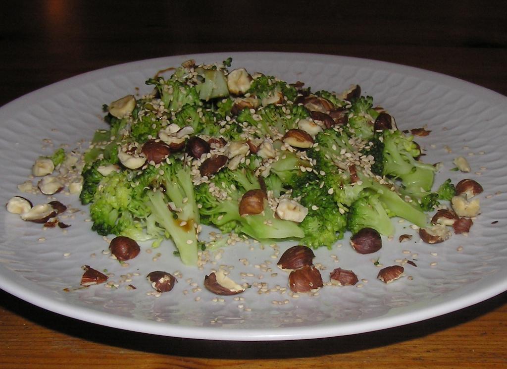 Foto van klaargemaakte broccoli met hazelnoten