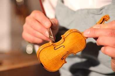 Lackierung einer Geige von Maria Sandner