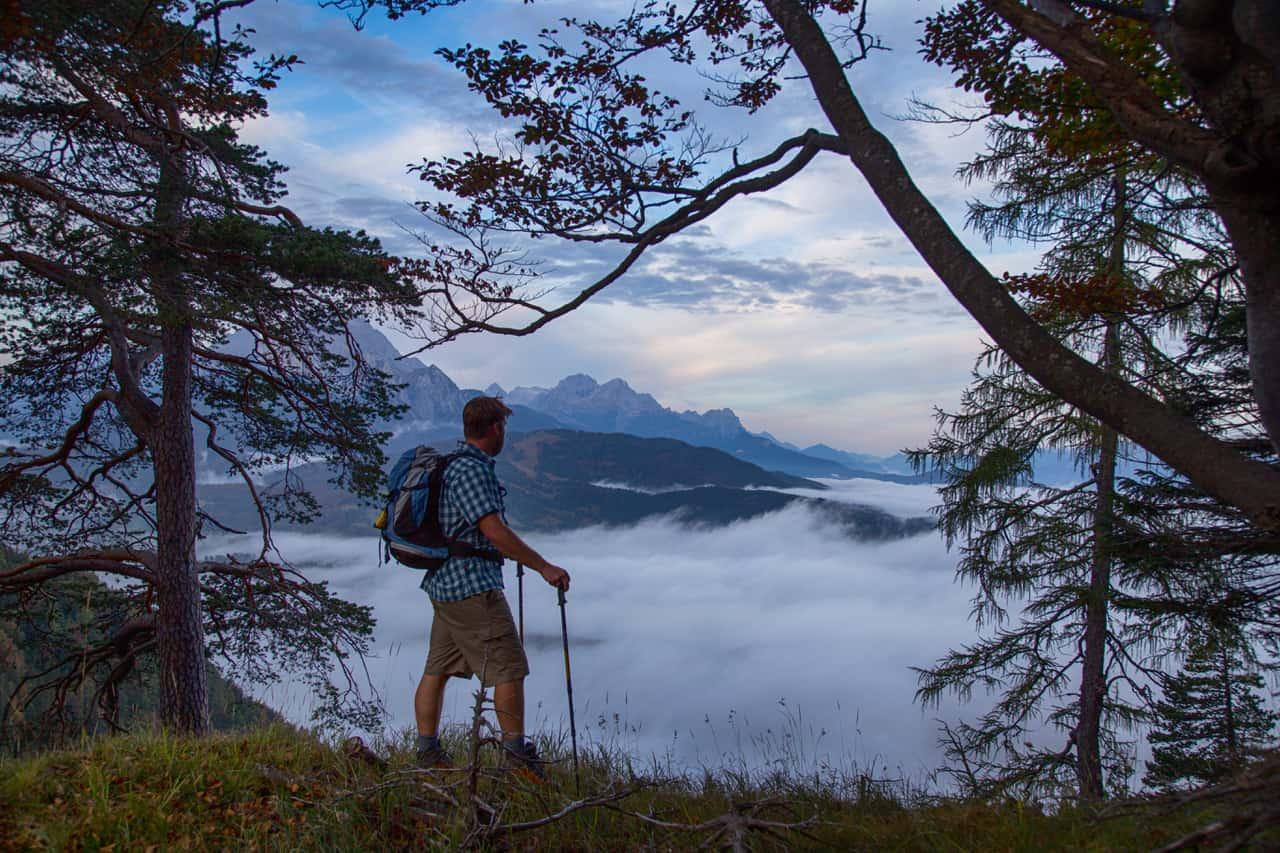 Wanderer mit Blick auf den Kranzberg und Wetterstein