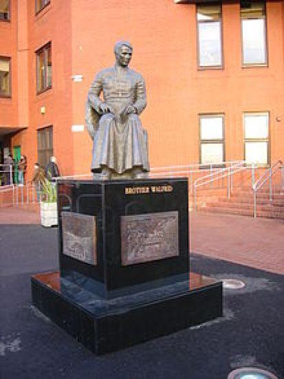 Escultura del Hermano Walfrid en el Celtic Park