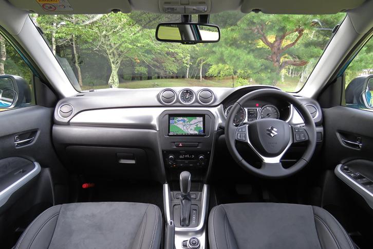 4代目となる新型「エスクード」のインストゥルメントパネルまわり。4WD車ではダッシュボードの助手席側に「ALLGRIP」のバッジが装着される。