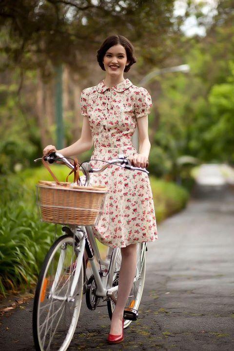 Oldschool dress. Red pumps.