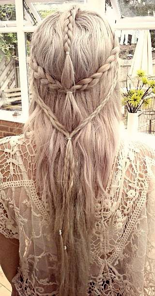 Ze dragen altijd veel vlechten in hun haar wat ook weer van de hippies komt. Allee