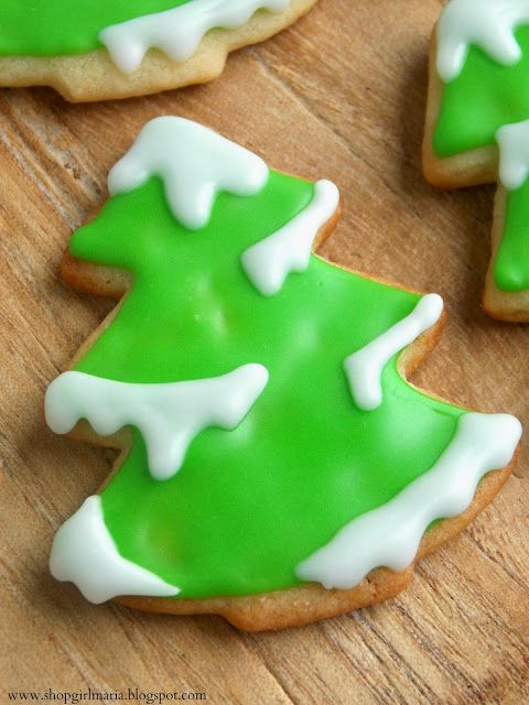Snowy Tree Sugar Cookies. I love the way these cookies are decorated. Must remembe
