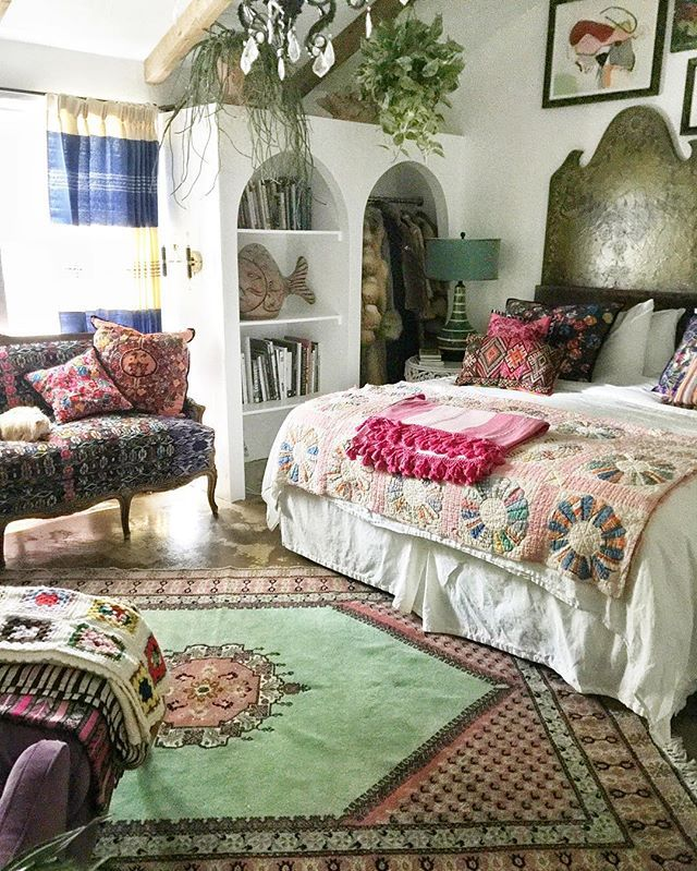 #currentdesignsituation in my bedroom.  Im in love with this pink and green Moroccan rug. Coming to @shopatlantishome home soon!!