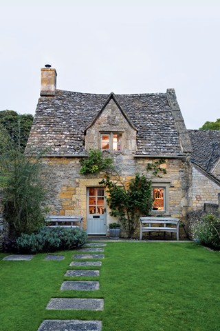 Adorable eighteenth-century Cotswold cottage. Wait until you see inside. Click on for more…