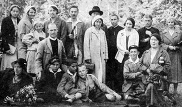 Pe primul rând, in picioare, cea de a treia persoană din stânga (fetița), este Ileana Văduva, bunica lui Gheorghe Popescu.