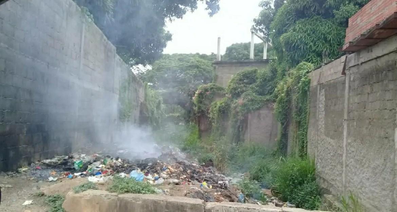 Canal de drenaje convertido en vertedero de basura