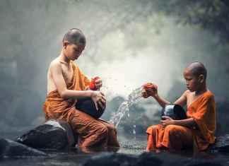 Buddhisten im Fluss