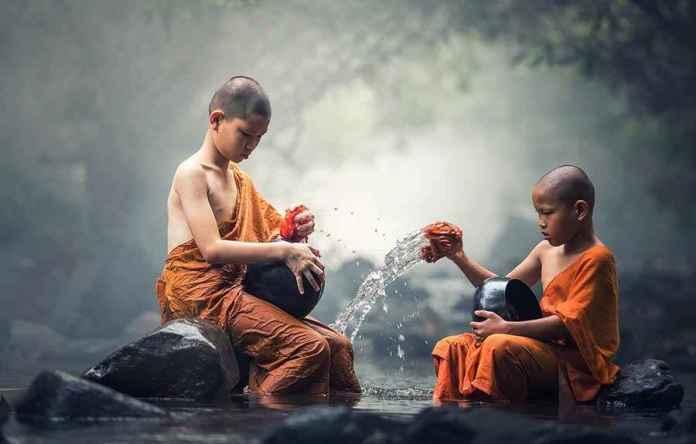 Buddhisten im Fluss Bildbewertung