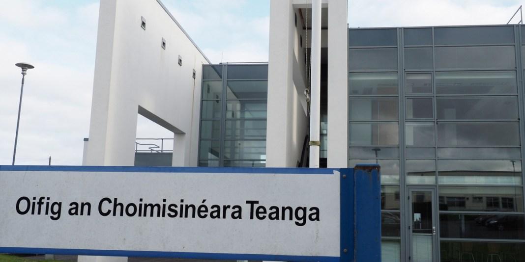 An Coimisinéir Teanga investigates the decision of a county council regarding parking signs