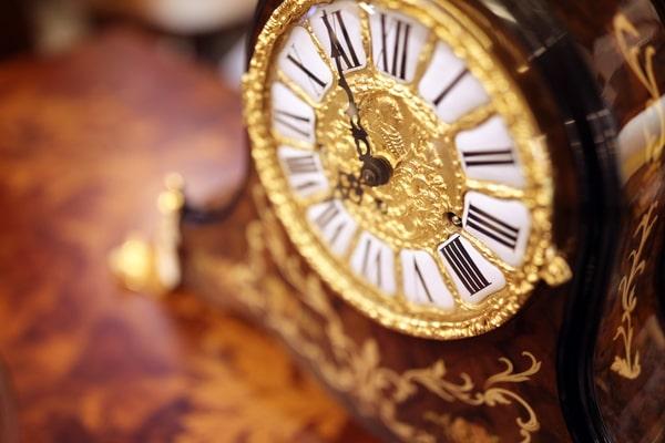 antique-ornate-clock-background-PKK2JYQ(1)-min