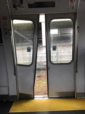 【復旧】JR東海道線で電車が車と衝突、電車脱線