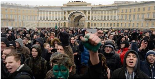 Подростки на акции протеста. Фото.