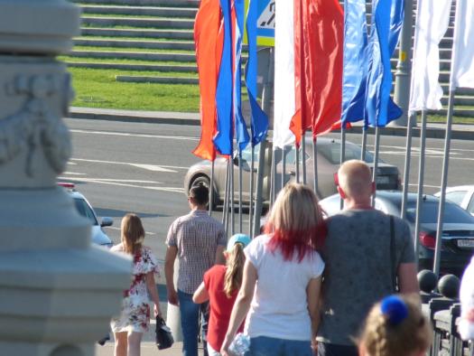 Фотография девушки с окрашенными волосами на фоне российского триколора