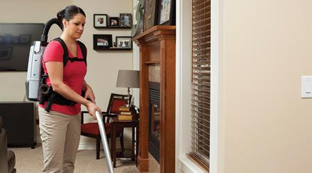 Los empleados del servicio de limpieza prefieren los aspiradores de mochila.