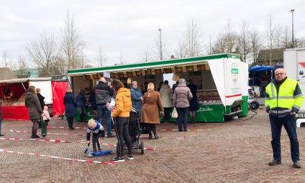Poelier Verhoef maakt afstandsvakken op weekmarkt Staphorst ivm corona