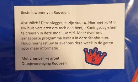 Rouveners krijgen vlaggetjes van Oranjevereniging bij de Staphorster