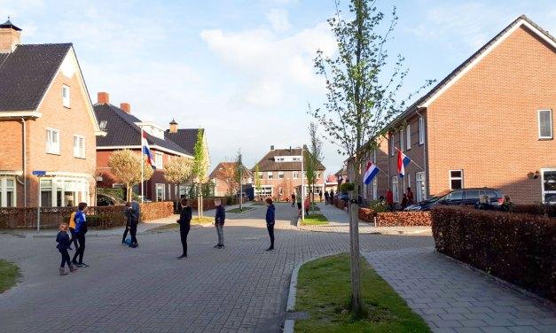 Staphorst zingt Wilhelmus (foto's en video De Slagen en Hoogeweg)