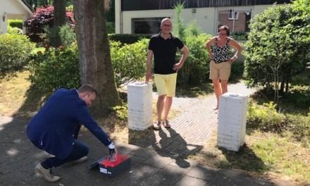 Wethouder Mussche in actie met spuitbus in IJhorst