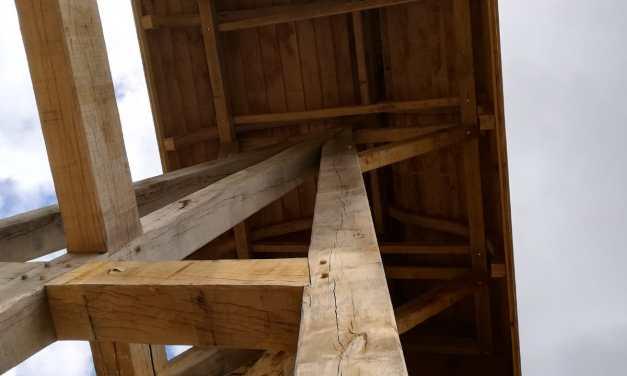 Onder dak en uit de steigers