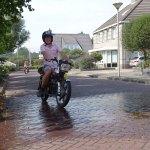 Auto, Motoren en Brommers uit lang vervlogen tijden racen door Staphorst