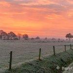 Prachtige winterse zonsopgang in mooi Staphorst