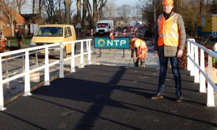 Wethouder Mussche neemt nieuwe fietsbrug Punthorst in gebruik