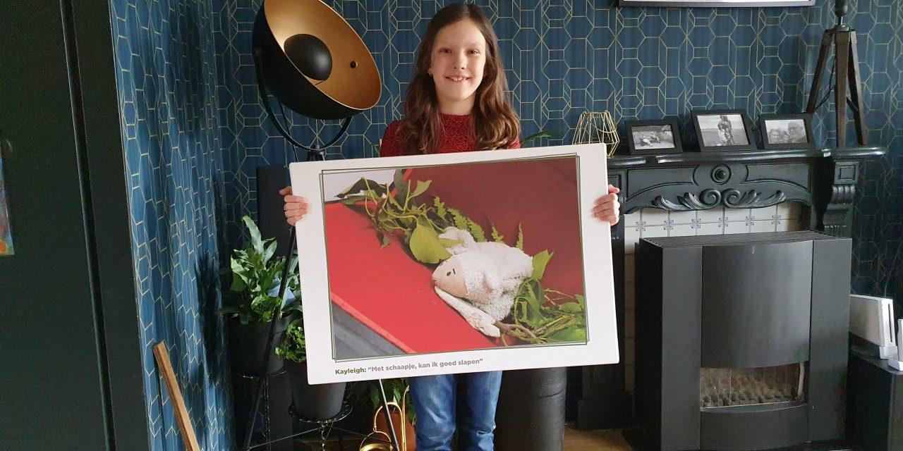 Jonge mantelzorgers verrast met foto op canvas