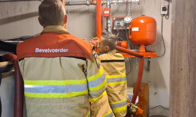 Brandweer pompt 9000 liter weg bij Meesters Tweewielers na lek opvangbak vuurwerkkluis