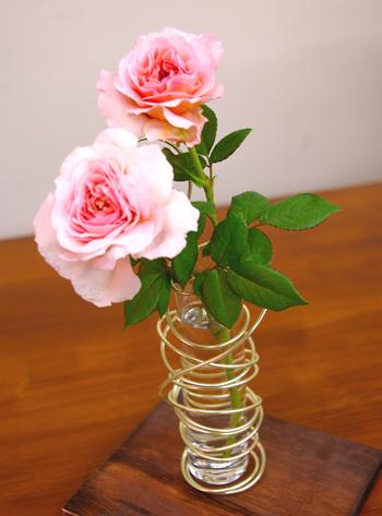 自遊自在カラーワイヤーを生花に使用しました