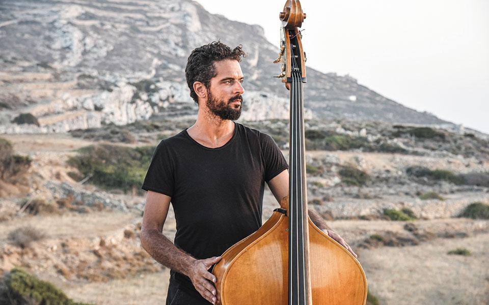 Πέτρος Κλαμπάνης, ένας κοντραμπασίστας του κόσμου