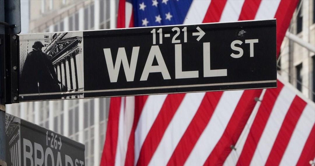 Στο «κόκκινο» η Wall Street υπό το βάρος της έξαρσης της πανδημίας