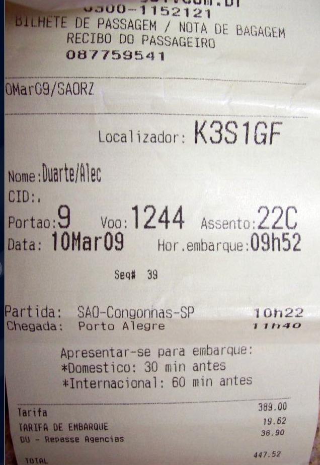 Um dos cartões de embarque do voo 1244 que escaparam de torrar no incidente do urubu atropelado em Congonhas