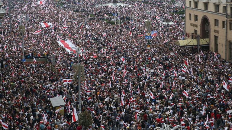 Тысячный митинг в Минске, Лукашенко - с автоматом и бронежилетом